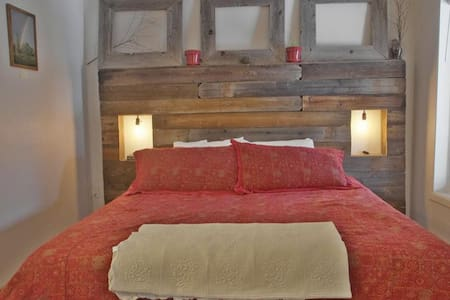 One Bedroom Jacuzzi Suite In Newly Refurbished Historic Lodge. - Green Mountain Falls