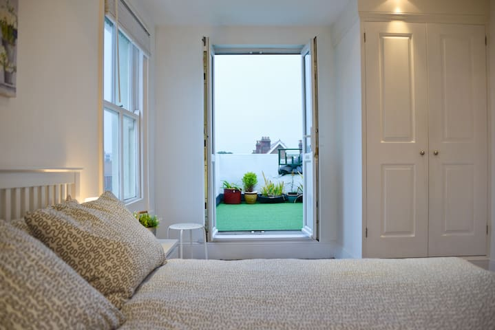 The Roof Terrace - Sleeps 6 with sea views - Worthing - Huoneisto