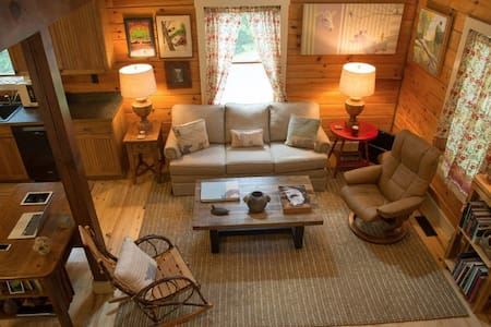 Firefly Lodge: Log Cabin in Woodsy Area Near Town - Black Mountain - Casa