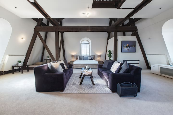 Seven-storey Castle in Leafy Kew with City Views