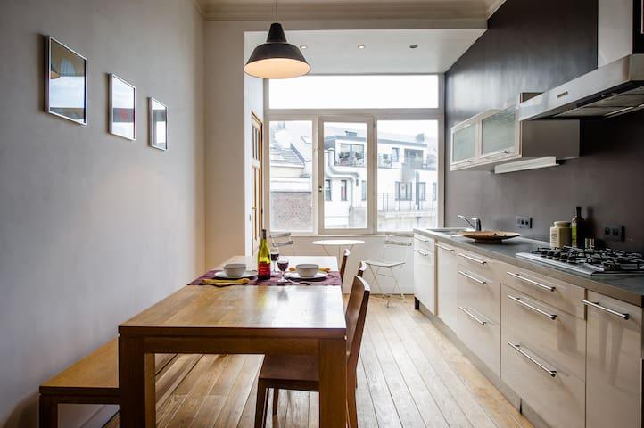 Cuisine équipée avec Lave-vaisselle, micro-ondes, four, frigo et réfrigérateur