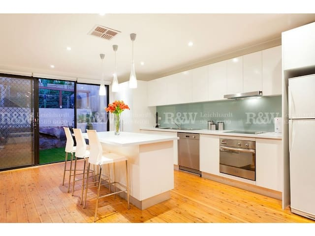 Beautifully Presented Inner West Family Home - ไลชาร์ด - บ้าน