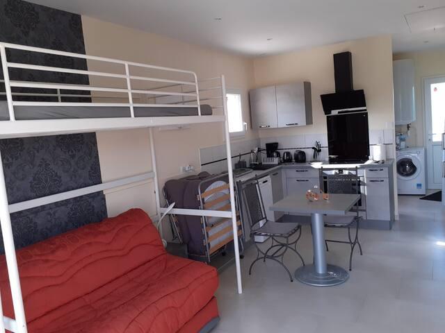 Au dessus du BZ ,j'ai rajouté un lit mezzanine pour un jeune. Et possibilité de lit pliant en appoint pour adulte à côté du BZ ou 1 lit bébé au choix.