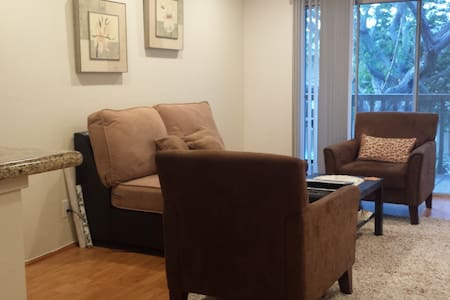 Clean+cozy bedroom and own bathroom - Lawndale