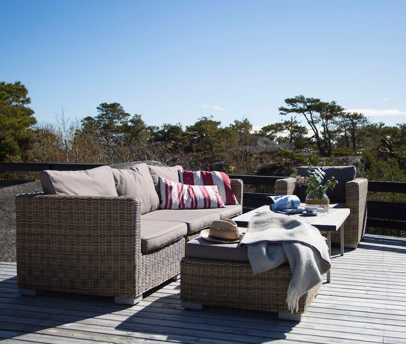 Deilig sitteplass på terrassen med vidt utsyn mot Svenner fyr
