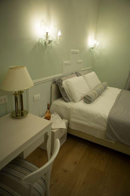 Coppedè e grande 21 metri quadri, ha un tavolo con le poltroncine, scrivania, armadio, cassaforte