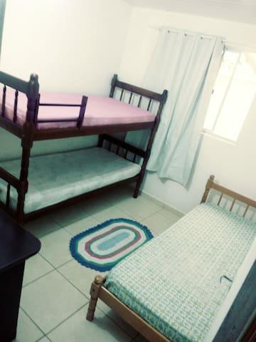 quarto com 3 camas solteiro