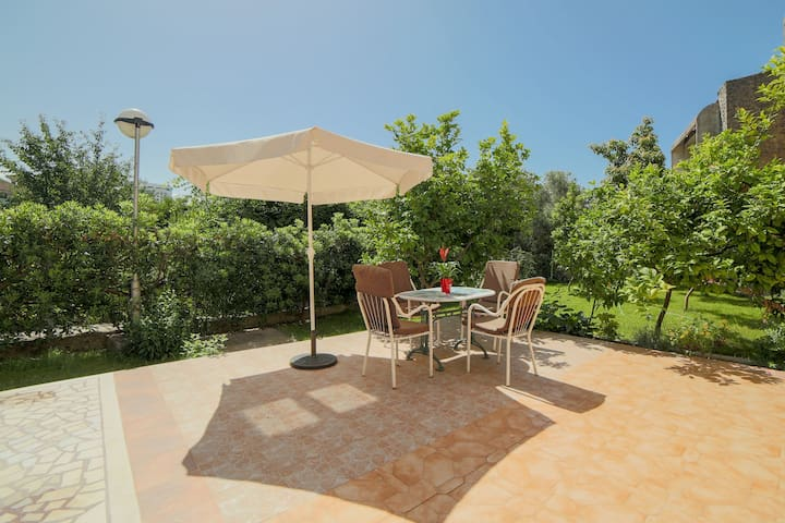 Sunny one bdr ap. spacious terrace and garden view