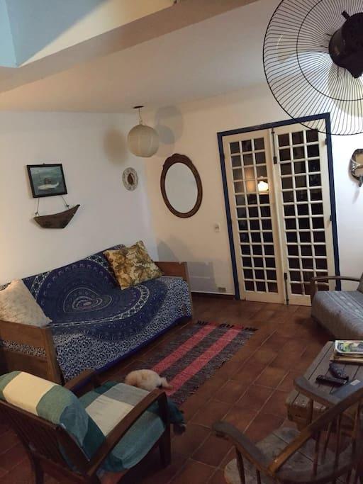 Aqui é a sala. Ali da pra ver o sofá-cama (nona cama da casa).