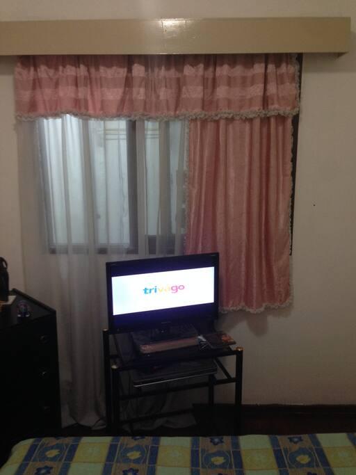 la ventana de la habitación da para una área interna que se ve en otra foto