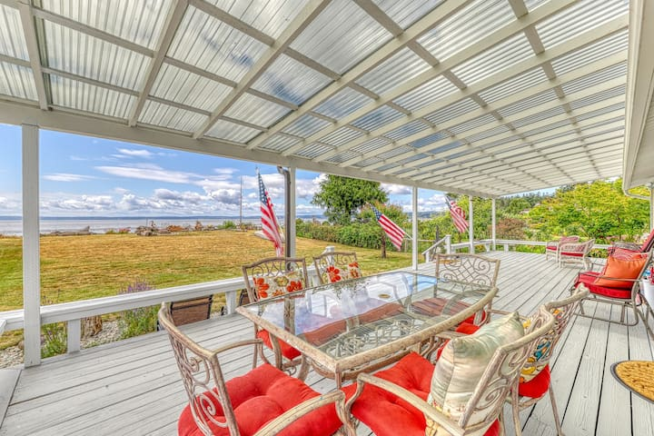 Waterfront, family home w/ stunning views, beach access, & a full kitchen!