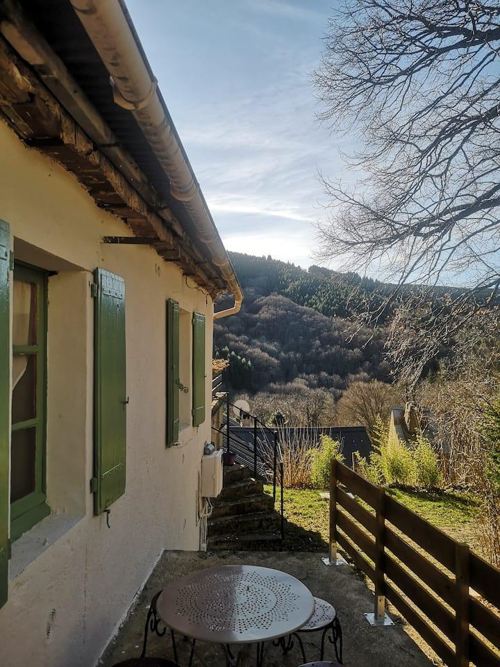 Petite maison au centre d'un village cévenol