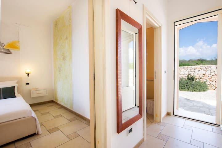 Accessi camera matrimoniale e bagno completo con doccia