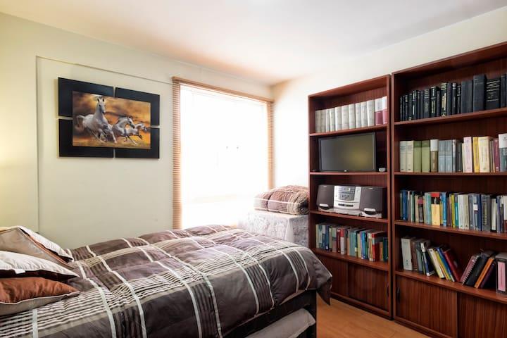 Con TV, radio y espacio para estudios.