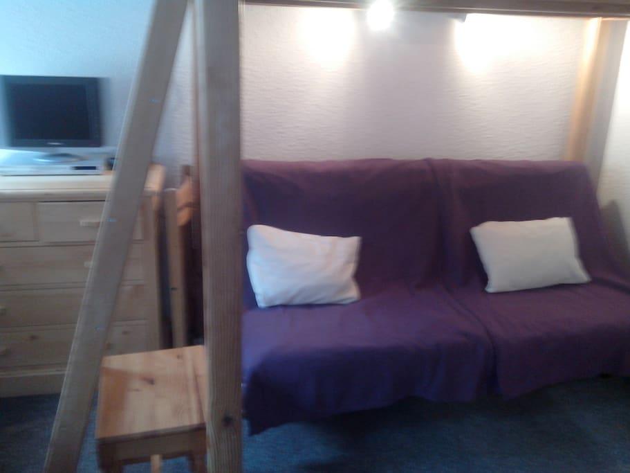 tout confort , mezzanine 2 personnes, et clic clac de 2 personnes