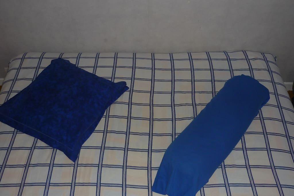 Les parents dorment au salon sur un clic clac confortable!