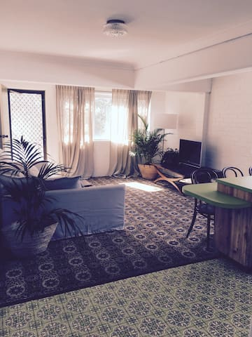 Relaxed 70's Surf Apartment - Byron Bay