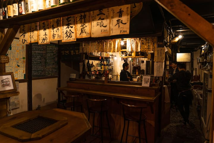 """The first floor is an pub restaurant """"Yakumo Shokudo"""" It is a space where locals people and travelers can communicate and drink together. It is open from 9 am to 12 pm. 宿の一階は居酒屋『八雲食堂』 旅人や地元の人が一緒に交流できる空間です。 朝9時から夜12時まで営業してます。"""