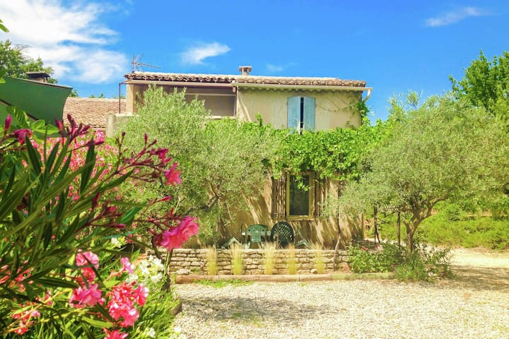 Semi-detached holiday home with a swimming pool and a view of the Lubéron.
