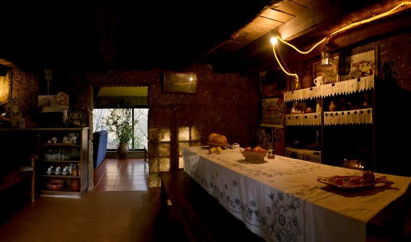 Sala de Jantar e Cozinha equipada com frigorífico, fogão, microondas e forno a lenha