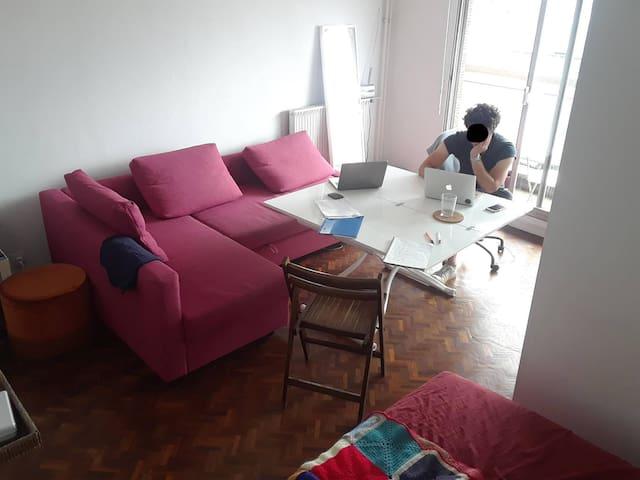 La pièce principale avec une table extensible et un canapé-lit comfortable