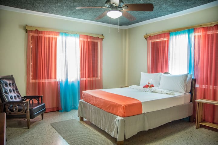 Honeycomb Utopia:Bdrm for 2, AC near Port Antonio