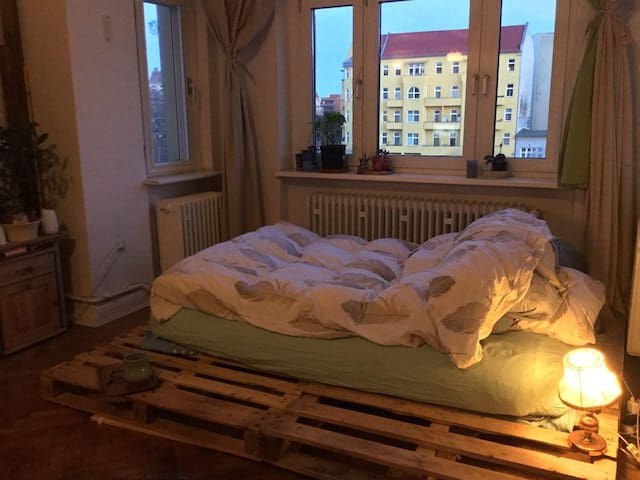 20m2 room in old but fancy apartment at Kaiserdamm