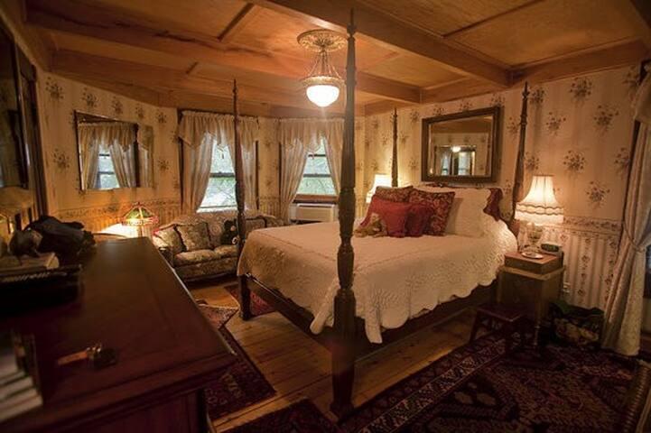 Violet Room - Elegant and Romantic