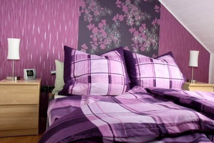 Schlafzimmer mit 1,40x2,00m Bett