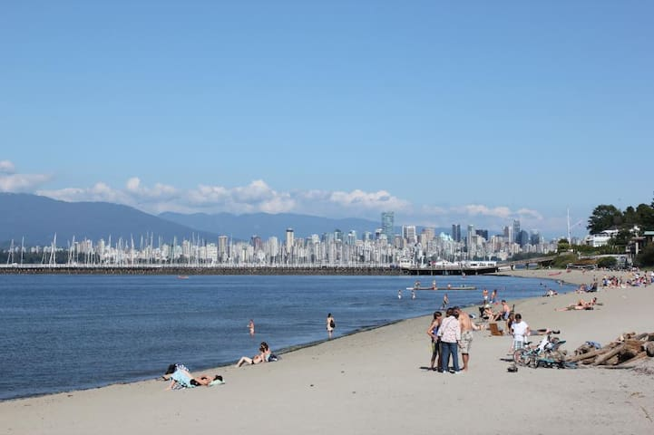 10 MIN. DRIVE TO THE BEACH, UBC, PRIVATE BASAMENT!