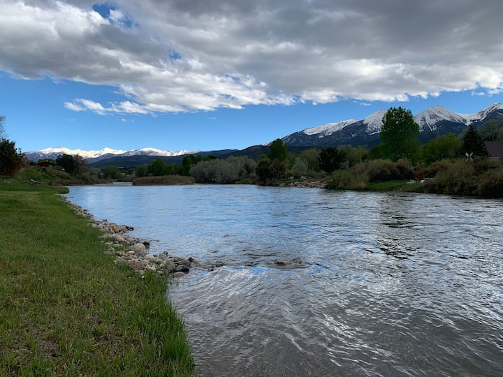 NEW! ON ARKANSAS RIVER. PRIVATE. HOT TUB. SECLUDED