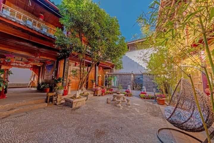 丽江古城+阳光古典1.5米大床房+独立卫浴+空调房+免费私人助理提供旅游攻略①近四方街.清逸居客栈。