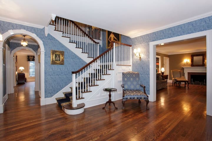 Living Large in a 7,500 sqft Home - All for You! - Scotch Plains - Hus