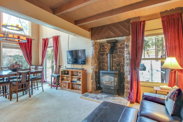 Dog-friendly condo w/ shared pool, hot tub, on-site golf & more, close to slopes