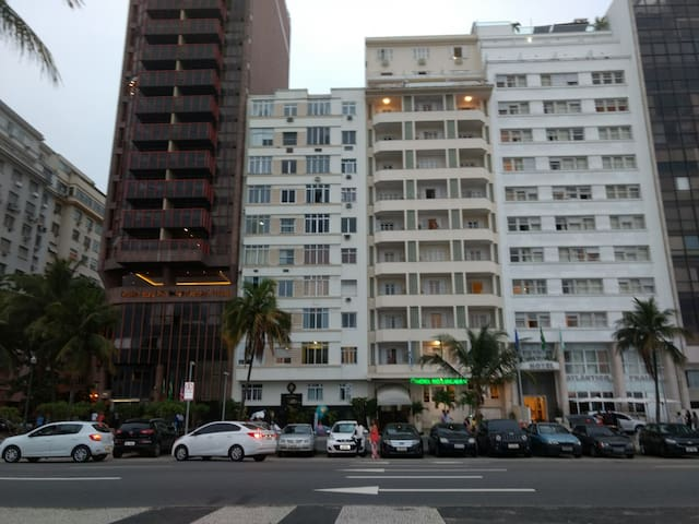 Copacabana 2 bedrooms, building in front of the beach, wi-fi
