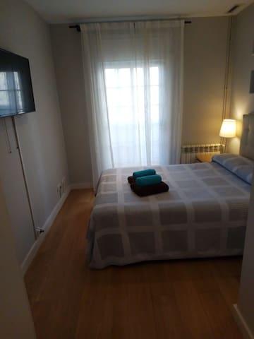 Amplia y comoda habitación con balcón