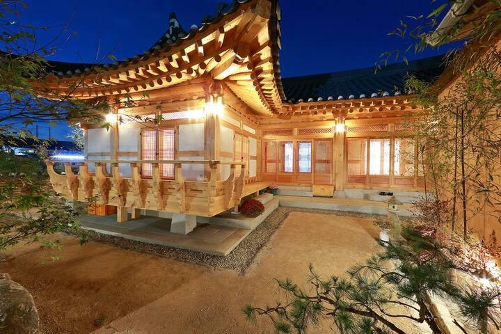 Wiyeonjae(B&B, Primium Hanok Stay) - Jjoksaem-gil, Gyeongju-si - Bed & Breakfast