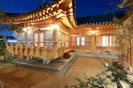 위연재(한옥호텔, B&B) Primium Hanok Stay - Jjoksaem-gil, Gyeongju-si