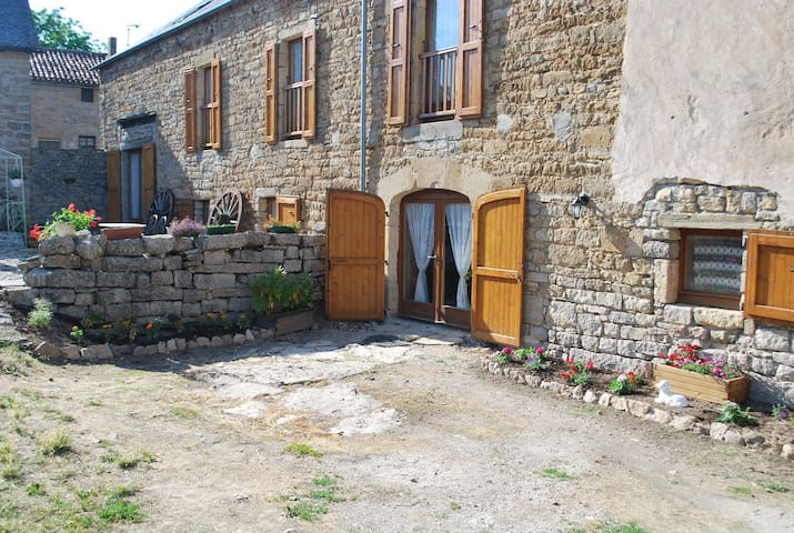 Entre Dolmens et Fontaines - Buzeins - Bed & Breakfast