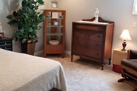 Three Oaks Downtown- 4 room suite!