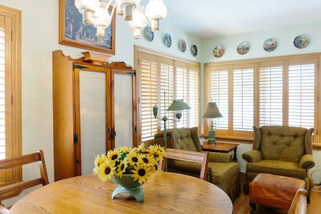 Minutes to SeaWorld & Chargers! Private Sunny Flat - San Diego