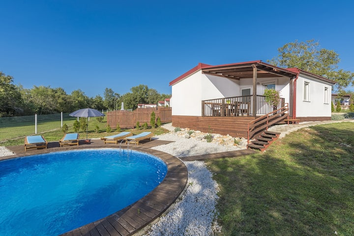 Holiday house with private pool for 6-8 persons in the holiday park Jelovci