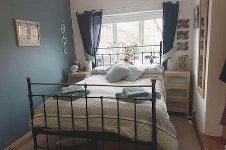 En suite double room in lovely village, TV, WIFI