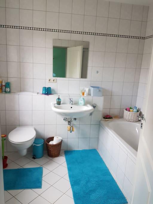 Grosses, helles Bad mit Dusche und Badewanne