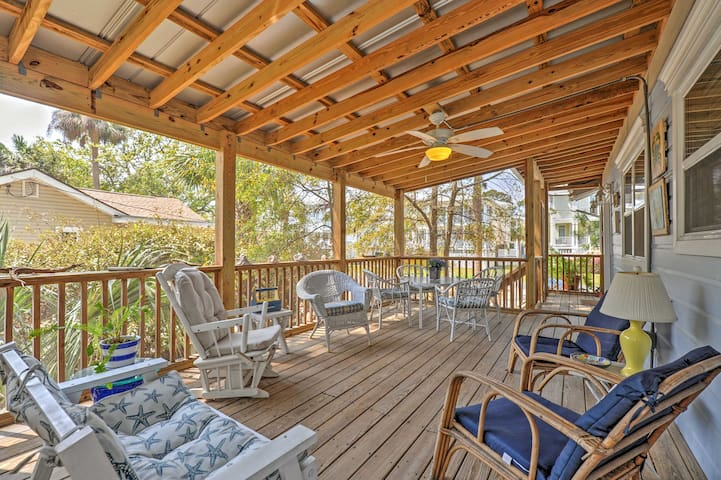 Tybee Island Home w/ Screened Porch, Walk to Beach
