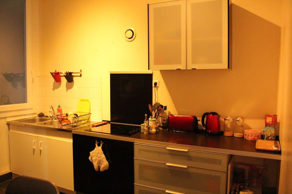 Cuisine équipée (robots ménagers, panoplie complète d'ustensiles)