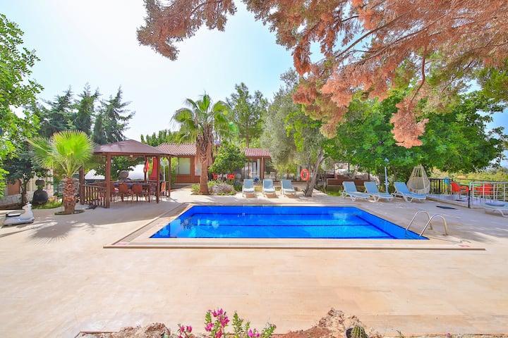 Kaş' da 2 yatak odalı, mutfaklı, yüzme havuzlu ev