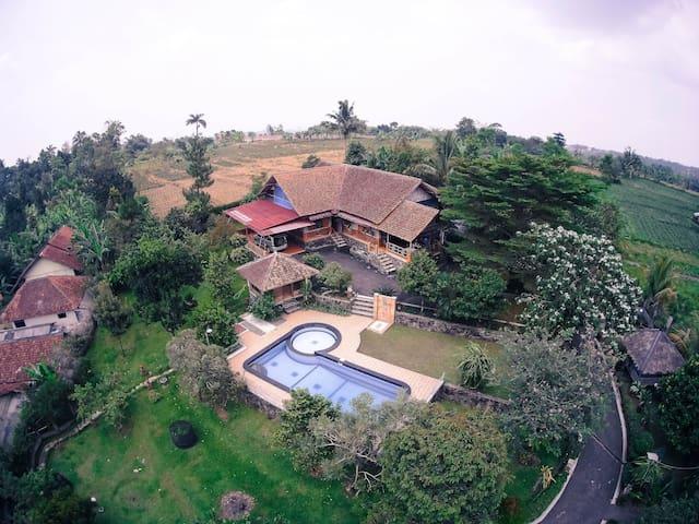 Villa Alr Gunung Malang Bogor 2 Bedrooms 3 Bathrooms Villa In Tenjolaya Indonesia