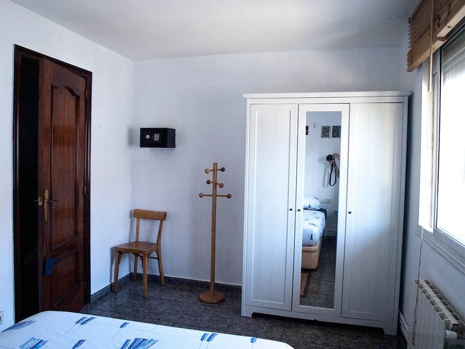 Habitación con ventana y armario privado / Room with window and private wardrobe / Chambre avec fenêtre et placard privé