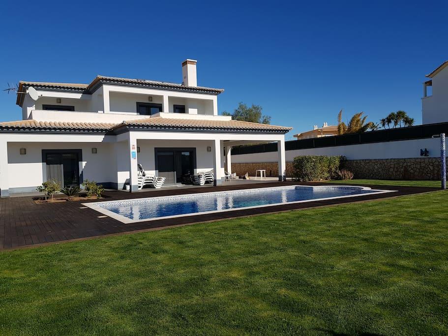 superbe villa familiale a louer avec piscine maisons louer parchal distrito de faro portugal. Black Bedroom Furniture Sets. Home Design Ideas